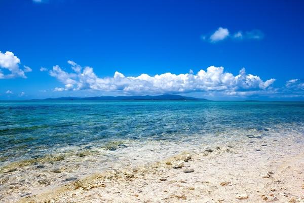 青い空に青い海のリゾートバカンス地