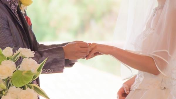 結婚式にて指輪を交換する男女
