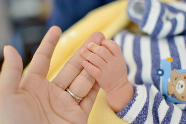 母親の手と赤ちゃんの手