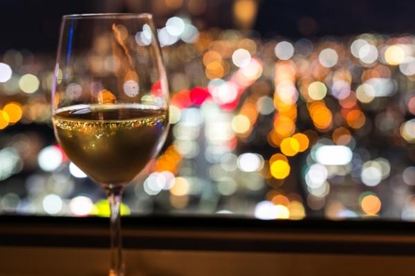 ネオンに輝くワイングラス