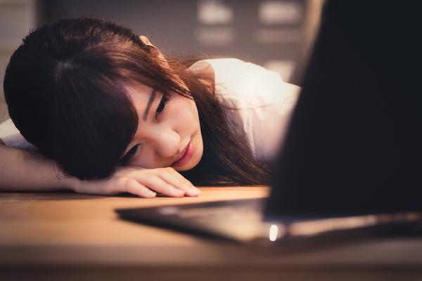 パソコンの前で呆然とする女性